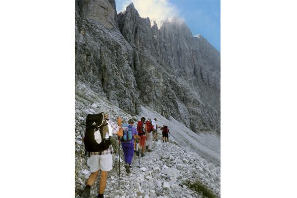 Einer der landschaftlichen Höhepunkte am »Einser« ist der Weg unter der 1000-Meter- Wand der Civetta