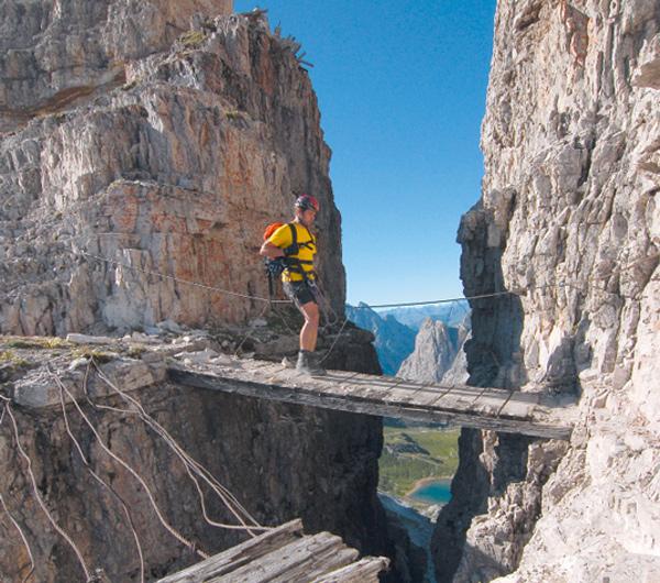 Holzbrücken leiten bei der 3. Etappe der Sextener Klettersteigrunde von Scharte zu Scharte