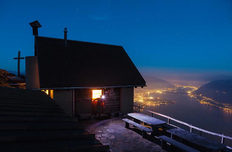 Im Rifugio Al Legn schlummern die Gäste mit Blick auf das Lichtermeer des Lago Maggiore.