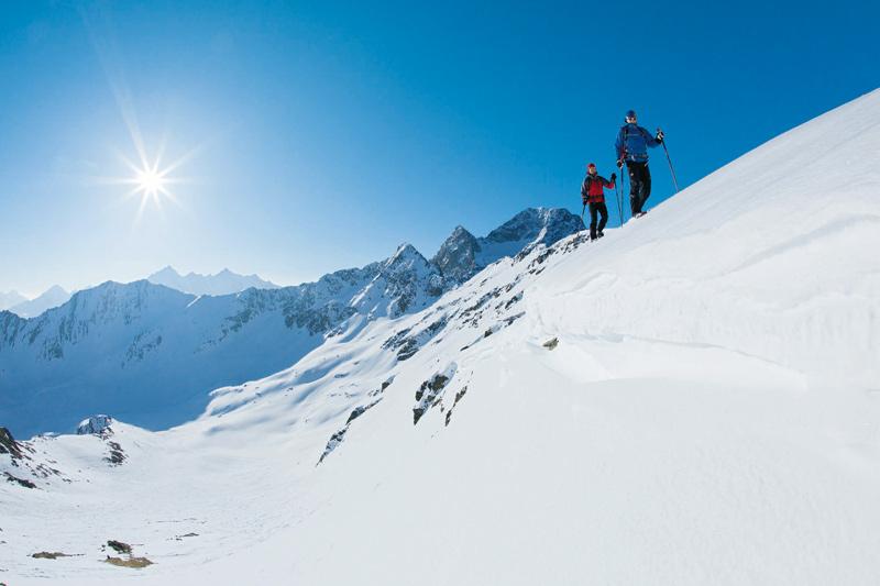 Weißer Schnee, blauer Himmel, markante Felsen: eine Schneeschuhwanderung im Ötztal wie aus dem Bilderbuch