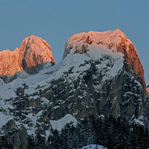 Gimpel und Rote Flüh, die beiden Klettergipfel der Tannheimer Berge, leuchten im letzten Abendlicht