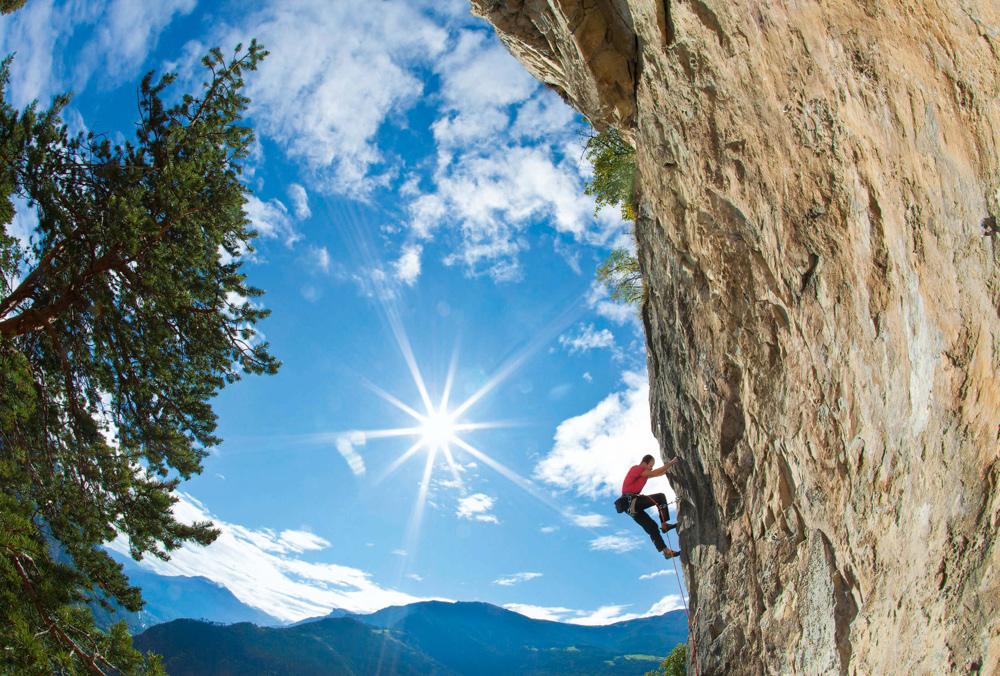 Bruno Pfaffen klettert seine Route »Muggestutz«(6a) im Klettergarten von Zeneggen.