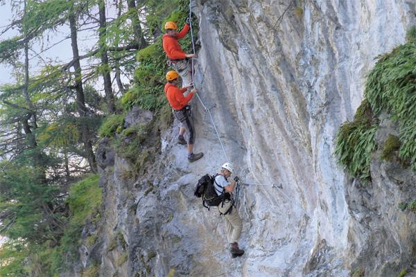 In den letzten, sehr steilen Ausstiegsmetern in der schweren Variante der Steinwand-Ferrata