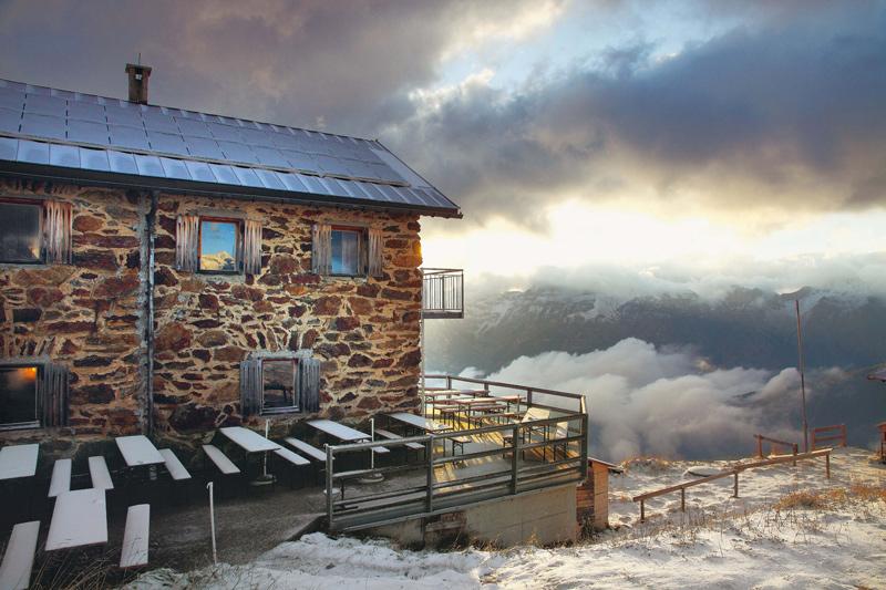 Selbst im Sommer ist man an der 2237 Meter hoch gelegenen Starkenburger Hütte vor Schnee nicht sicher