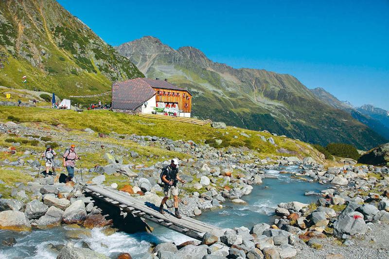 Die Sulzenauhütte liegt auf der 4. Etappe des Stubaier Höhenwegs