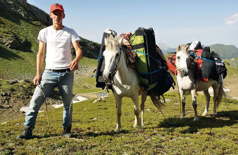 Taschen-Shuttle: Manols Pferde tragen das Gepäck während der Trekkingtour im Balkan