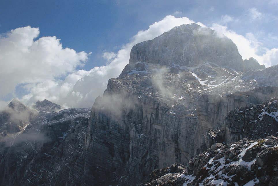 Götterthron der Julischen Alpen – Wolken spielen mit dem Gipfelaufbau des Triglav