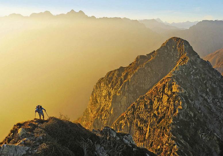Atemberaubende Aussichten – bis hin zu den Walliser Viertausendern – bieten sich immer wieder am Sentiero Bove