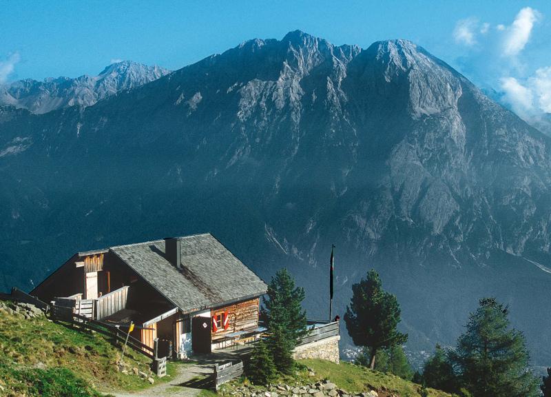 Kleinod vor Großklotz: Die Hohe Munde dominiert die Aussicht der Peter-Anich-Hütte.