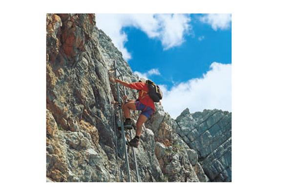 Eine tolle Klettersteig-Überschreitung: die Leiter am Südwandsteig zum Persailhorn.