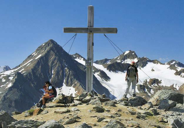 Vom Gipfel des Wilden Mannle zeigt sich die Talleitspitze als felsige Pyramide