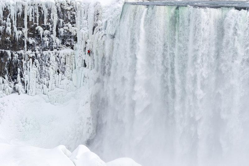 Eiskletterer Will Gadd an den Niagarafällen