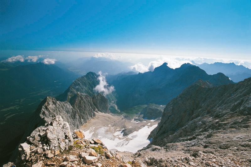 Rückblick vom Ausstieg – vom Gipfelgrat der Zugspitze fällt der Blick hinunter ins Höllental mit dem gleichnamigen Ferner.