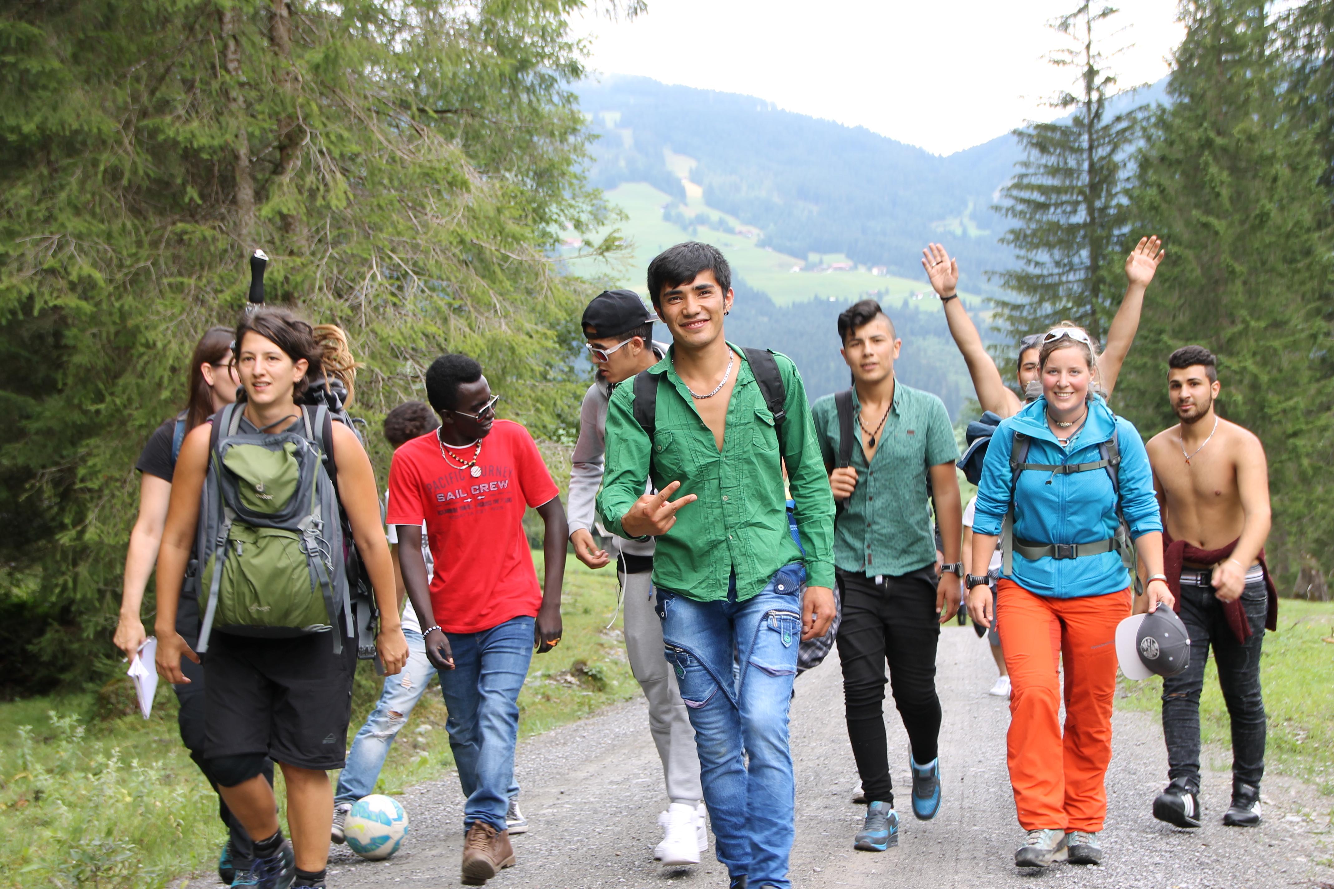 Das etwas andere Wanderoutfit: In Jeans und Turnschuhen ziehen die Jugendlichen los.