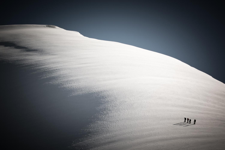 22 Bergsteiger zusammen mit Edurne Pasaban auf dem Weg zum Gipfel des Balmhorn