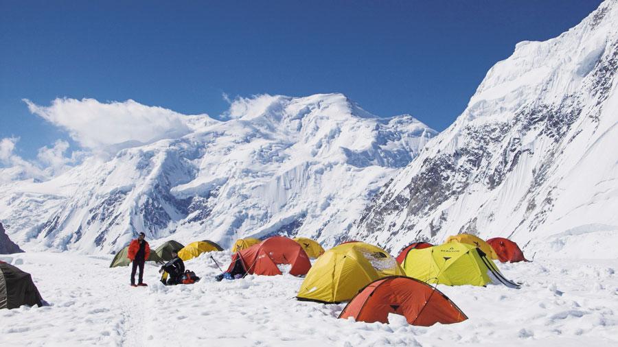 Im Hochlager C1 am Gasherbrum II mit dem Baltoro Kangri (7312m) im Hintergrund