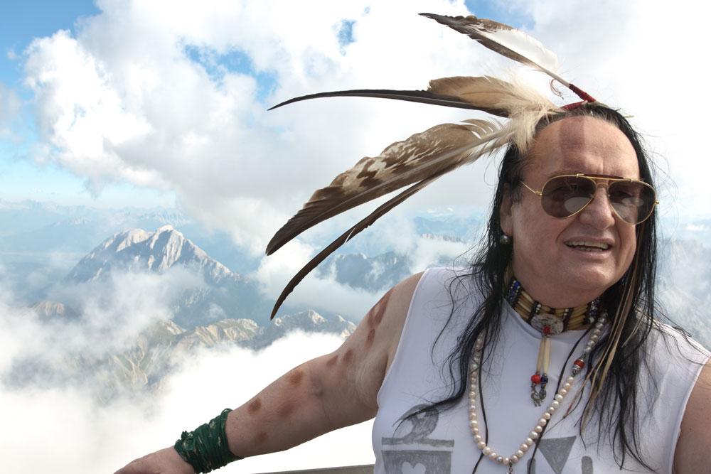 Bluesmusiker, Indianer und Zugspitz-Veteran: Willy Michl war 1989/90 Wirt auf der Knorrhütte, die Pacht endete damals im Streit mit dem DAV.