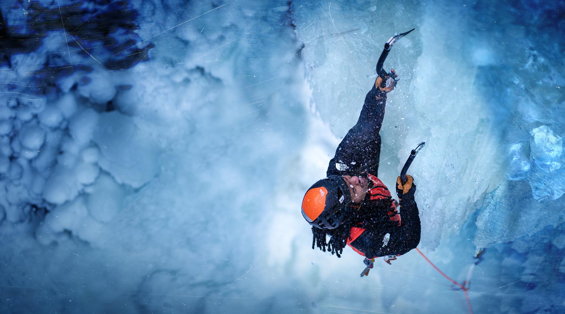 Ein Eiskletterer hängt in der Steilwand.