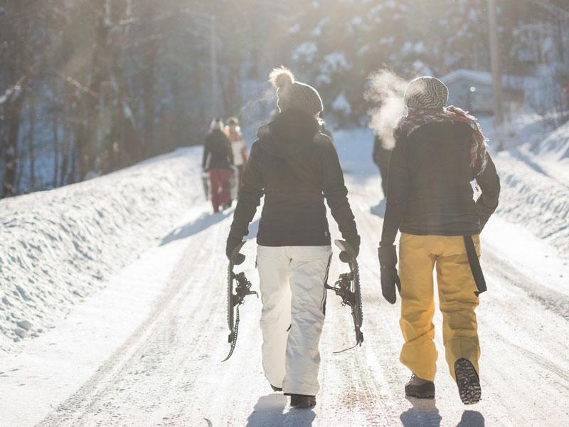 Gemeinsam durch die Winterlandschaft wandern hält fit und macht Spaß.