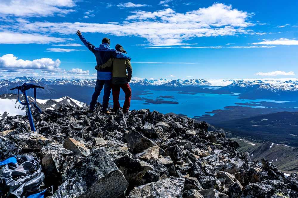 Am Gipfel mit Aussicht in Richtung Llewellyn Glacier