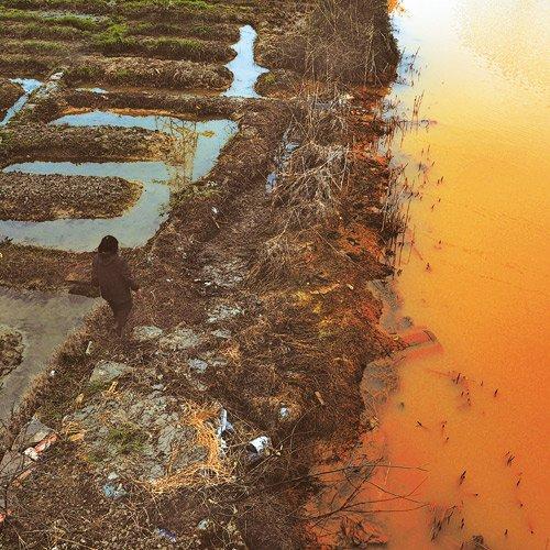Die Produktion von Textilien hinterlässt nicht selten verschmutzte Gewässer, wie hier in Zhejiang, China.