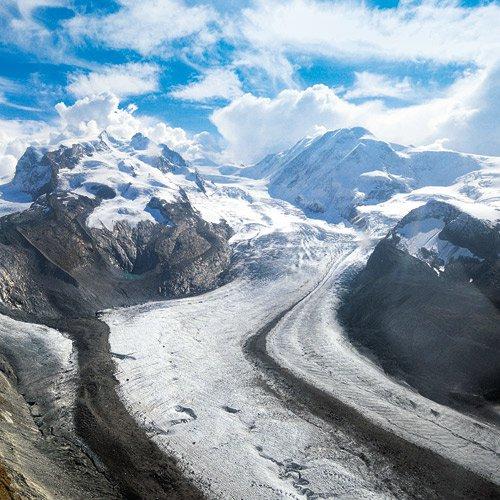 Die Dufourspitze in der Monte- Rosa-Gruppe zwischen Gorner- (links) und Grenzgletscher (rechts)