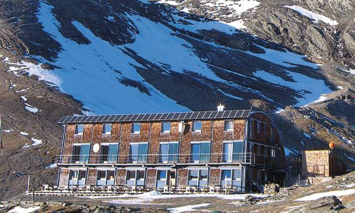 Die Stüdlhütte am Fuße des Stüdlgrats (Großglockner) wurde nach dem Alpinismuspionier Johann Stüdl benannt.