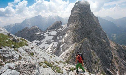 Der Steig aus der Mayrbergscharte zum Wagendrischelhorn ist mit Drahtseilen gut gesichert. Im Hintergrund das Stadelhorn.