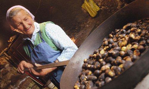 Manche vermuten, dass die Eisacktaler Weinbauern die durchreisenden Händler mit einer Kostprobe des frischen Weins auf den Geschmack bringen wollten.