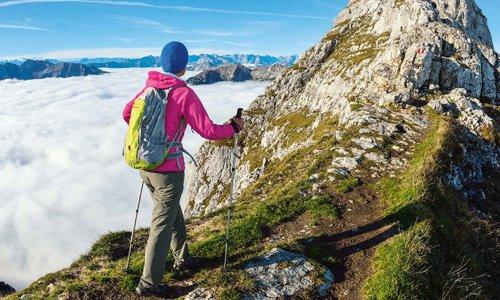 Die Guffertspitze ragt aus den Wolken. Darunter verborgen liegt das Geheimnis um die rätischen Inschriften am Schneidjoch.