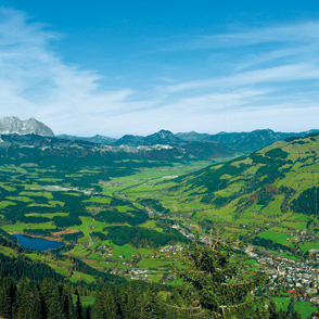 Kitzbühel mit seinem alpinen Wahrzeichen, dem Kitzbüheler Horn; links ein Teil des Wilden Kaisers, in der Mitte Berge der Chiemgauer Alpen, rechts ein paar Hörner der Loferer Steinberge; Foto: Kitzbühel Tourismus