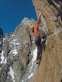 Phantastischer Fels und eine hochalpine Umgebung – Faszination Grand Capucin; im Hintergrund Aig. Noire, Aig. Blanche und Mont Blanc du Courmayeur