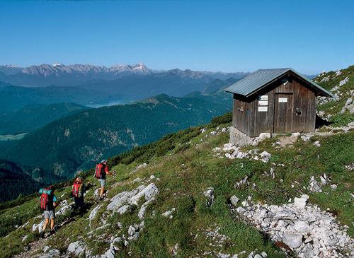 Vom Gipfelhüttchen an der Benediktenwand bietet sich ein überwältigender Ausblick ins Wettersteingebirge