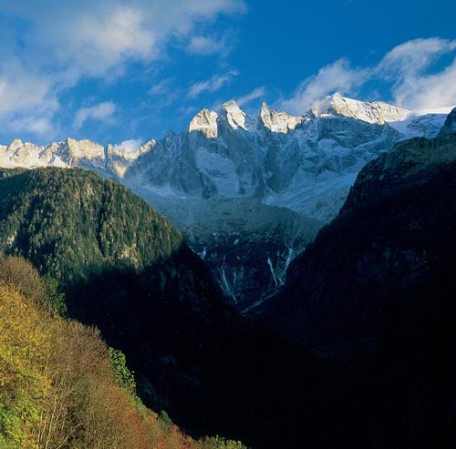 Der malerische Ort Soglio liegt auf einer Terrasse gegenüber den wilden Gipfeln der Bon-dasca mit Sciora di Fuori, Ago di Sciora und Scioradi Dentro (von links)