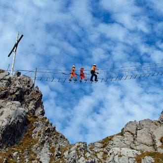 Viele moderne Klettersteige werden als »Fun-Steige« angelegt, die auch mit Kindern begangen werden können; beide Bilder zeigen den Brunni-Klettersteig bei Engelberg (Fotos: Engelberg-Titlis/Christian Perret)