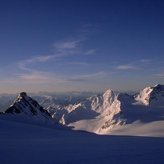 Blick über den Übeltalferner und das Becherhaus ins Ridnauntal und zu den Dolomiten am Horizont