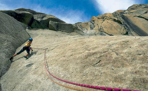 Tolle Kletterlinien und bester Granit warten am Gross Furkahorn im Sektor »Kristall«, hier in der Route »Schwarzgold« (6b)(Foto Andreas Strauß)