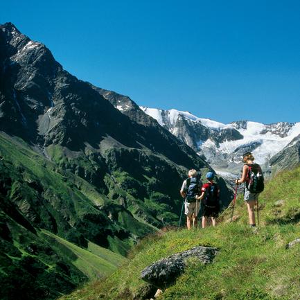 Großartige Ausblicke auf die Gletscherberge der Ötztaler Alpen erwarten die Wanderer auf dem Fuldaer Höhenweg