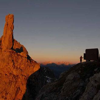 Sonnenuntergang am Bivacco Bernardina mit der bizarren Felsnadel »Gusela del Vescovà« - Foto: Manfred Kostner