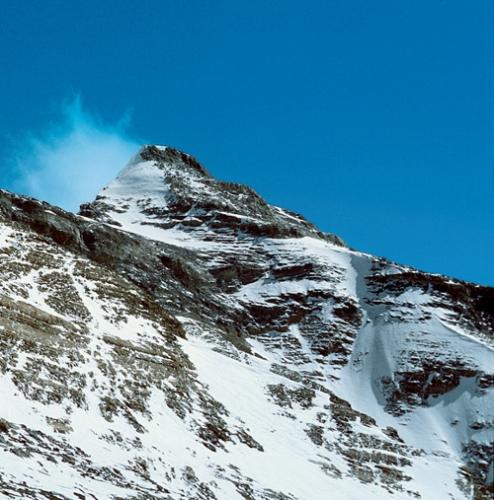 Hier verschwanden Mallory und Irvine – der Nordostgrat des Mount Everest mit Erster und Zweiter Stufe (Mitte)