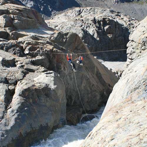 Zurück ins Tal – Gepäcktransport über den reißenden Rio Tunel mit einer »Tirolesa«. Von Michaela Enck und Alexander Schötz (Text und Bilder)
