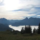 Großer Buchstein mit Plateau, die Gesäusegruppe mit dem Hochtor (2370 m), hinten Niedere Tauern, davor Admonter Reichenstein und Sparafeld, Kalbling, Riffl und Kreuzkogel; Foto: Skerlec