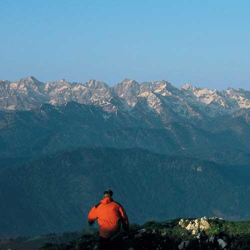Ein ideales Gipfelziel für »Bahn-Wanderer« ist die Benediktenwand mit ihrem grandiosen Karwendel-Panorama