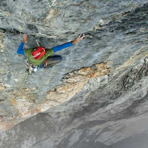 Die Nerven sind aufs Äußerste gespannt – 10 Meter vor dem Ausstieg und 1000 Meter über dem Tal; Matthias beim Übergang in den steilsten Teil der Route (12. Seillänge)Fotos: Klaus Kranebitter