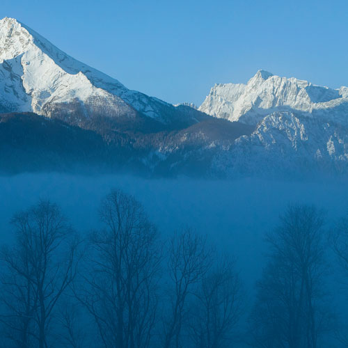 Wie eine Fata Morgana taucht der Watzmann auf dem Weg zum Brandkopf aus dem Nebel auf