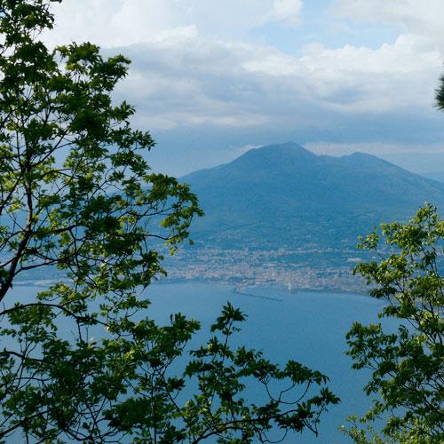 Die Bucht von Neapel und der Vesuv vom Monte Faito aus gesehen