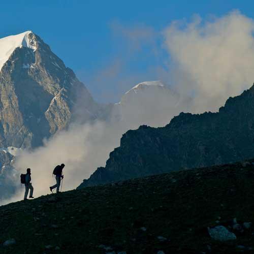 Wandern vor gigantischer Kulisse – die Jungfrau dominiert das Panorama beim Aufstieg der beiden Wanderer aus dem Lauterbrunnental