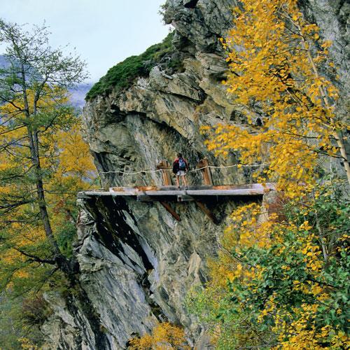 Waghalsige Konstruktionen zum Bewässern der Felder: Die Suone Gorperi führt an den Felsen im Baltschiedertal entlang.
