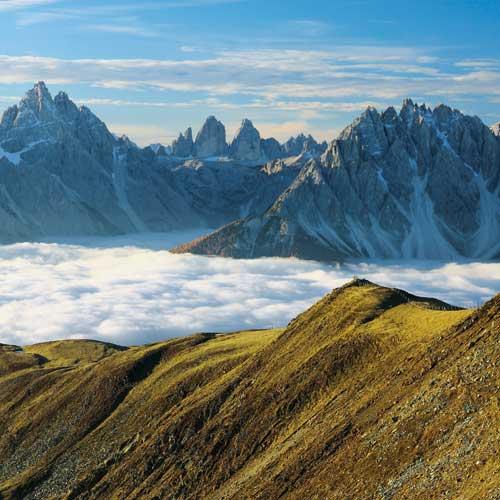 Die Sextener Dolomiten durchbrechen bei Herbstwanderungen in Tirol die Wolken an Toblacher Pfannhorn und Marchkinkele.