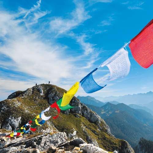 Ein Stilbruch? Tibetische Gebetsfahnen flattern am Gipfel des Säuling.